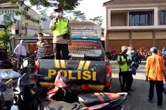Gunakan Pengeras Suara, Polisi Polsek Rembang Berikan Imbauan Kamtibmas di Pasar