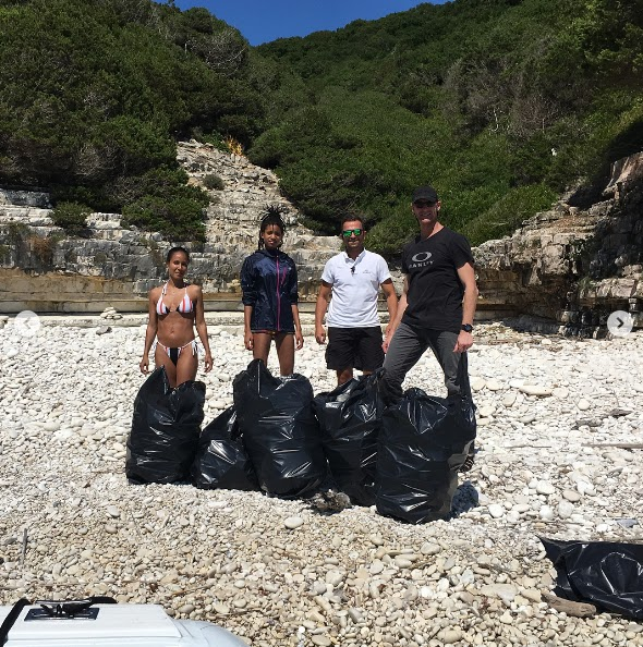 will-smith-family-cleans-beach-in-greece3