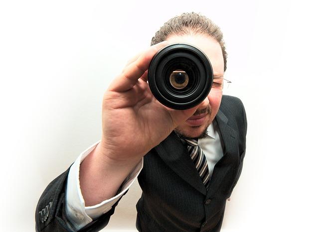 homem olhando com o binoculo