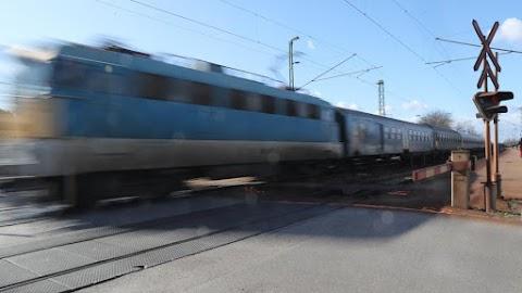 Ezt mégis hogy gondolta? Megállította a vonatot az átkelőnél, majd beugrott egy kávéért a mozdonyvezető – videó
