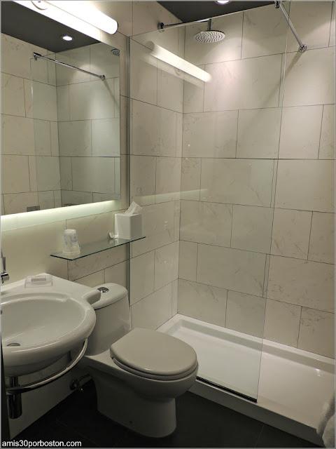 Baño en la Habitación del Best Western Premier Hotel Aristocrate en Quebec