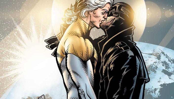 Dois homens se beijando. Um deles é mais alto, branco e de cabelos longos e brancos. Ele usa uniforme branco e dourado. O outro é mais baixo, também branco, e usa um capuz cobrindo seus olhos e envolvendo seu pescoço. Ele usa um pesado casaco preto.