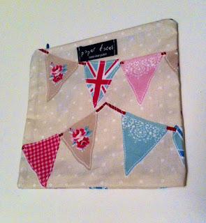 flama bayrak desenli makyaj çantası