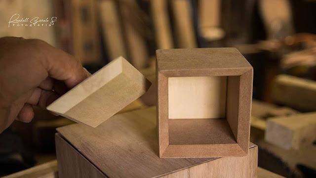 fabrica-caja-pequeña-hecha-de-madera