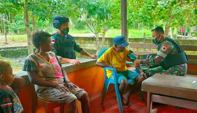 Kepedulian TNI di Perbatasan Papua, Berikan Pengobatan Kepada Masyarakat