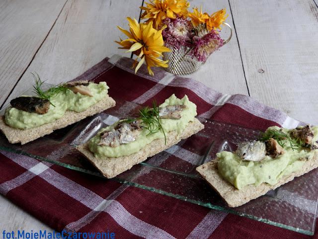 Chrupiące kanapki z pastą z awokado i sardynkami - CZYTAJ DALEJ