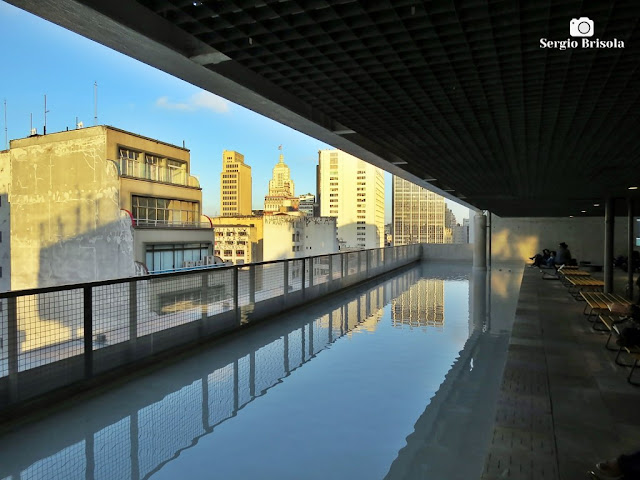Vista ampla do espelho d'água do Sesc 24 de Maio - Centro - São Paulo