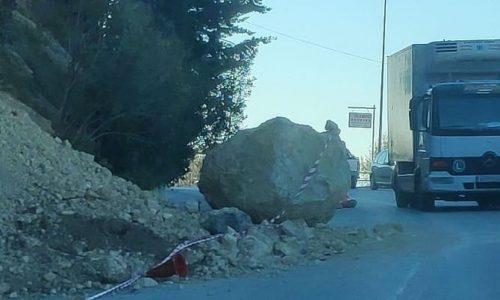 Τεράστιος βράχος αποκολλήθηκε και κατέληξε στον δρόμο, εντός του οικισμού της Πάργας. Ο βράχος έπεσε στην επαρχιακή οδό Πάργας Αγιάς, στη θέση «Λιθίτσα» και ήταν ευτύχημα που την ώρα εκείνη δεν περνούσε κάποιο αυτοκίνητο.