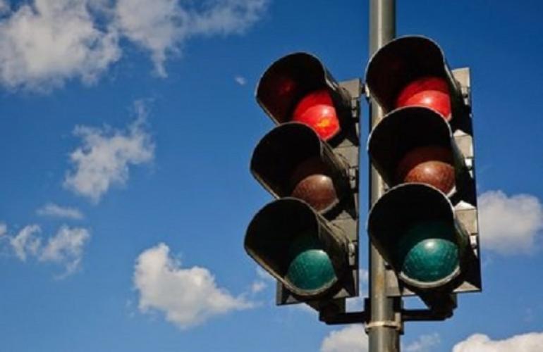 Συντηρεί φωτεινούς σηματοδότες σε κόμβους του οδικού δικτύου Π.Ε. Καρδίτσας η Περιφέρεια Θεσσαλίας