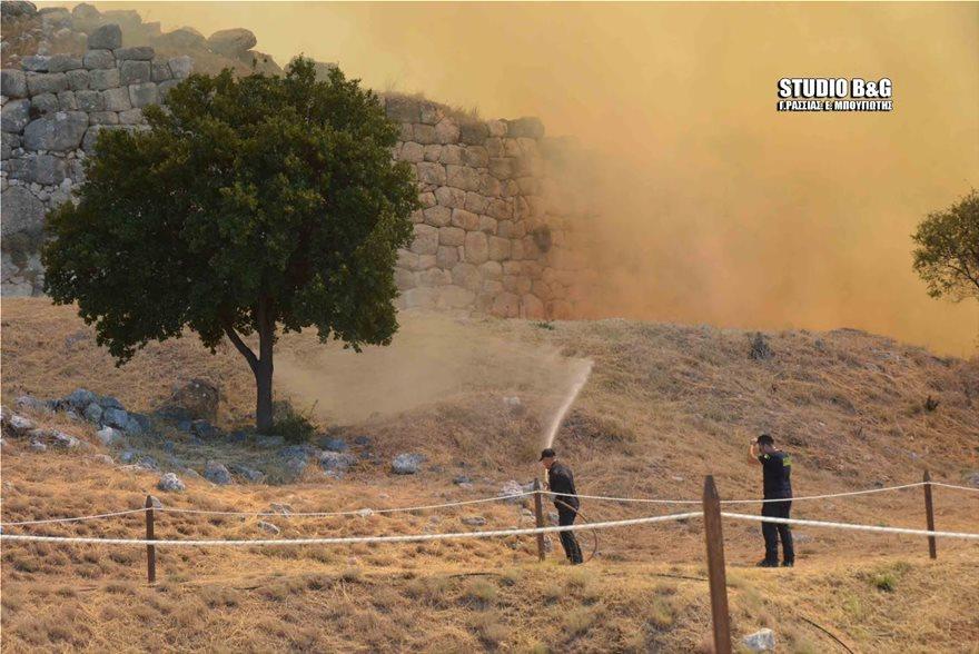 Εικόνες σοκ από τη φωτιά στις Μυκήνες – Οι φλόγες πέρασαν μέσα από τον αρχαιολογικό χώρο