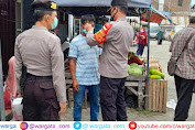Pimpin Operasi Yustisi, Kapolsek Anggeraja Bagikan Masker ke Pengunjung Pasar
