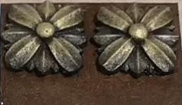 نموذج زخرفي مذهب على شكل وردة  تم عمله بعجينة الخشب