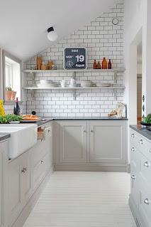 مطبخ باللون الرمادي