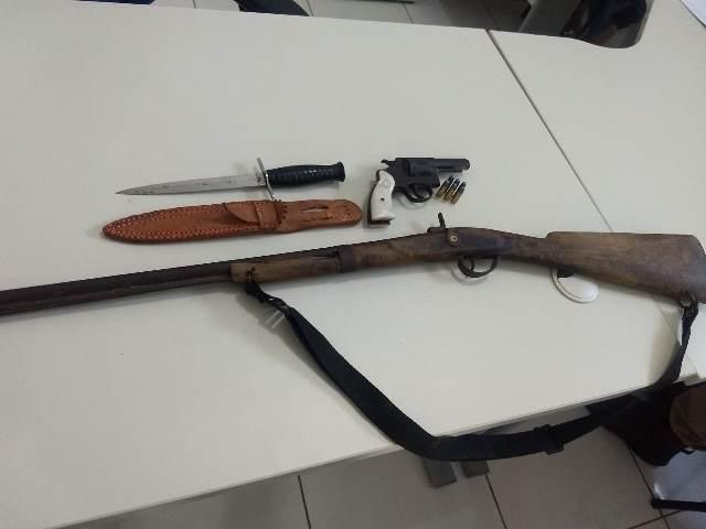 Senhor é detido por porte ilegal de armas de fogo na zona rural de Ituaçu