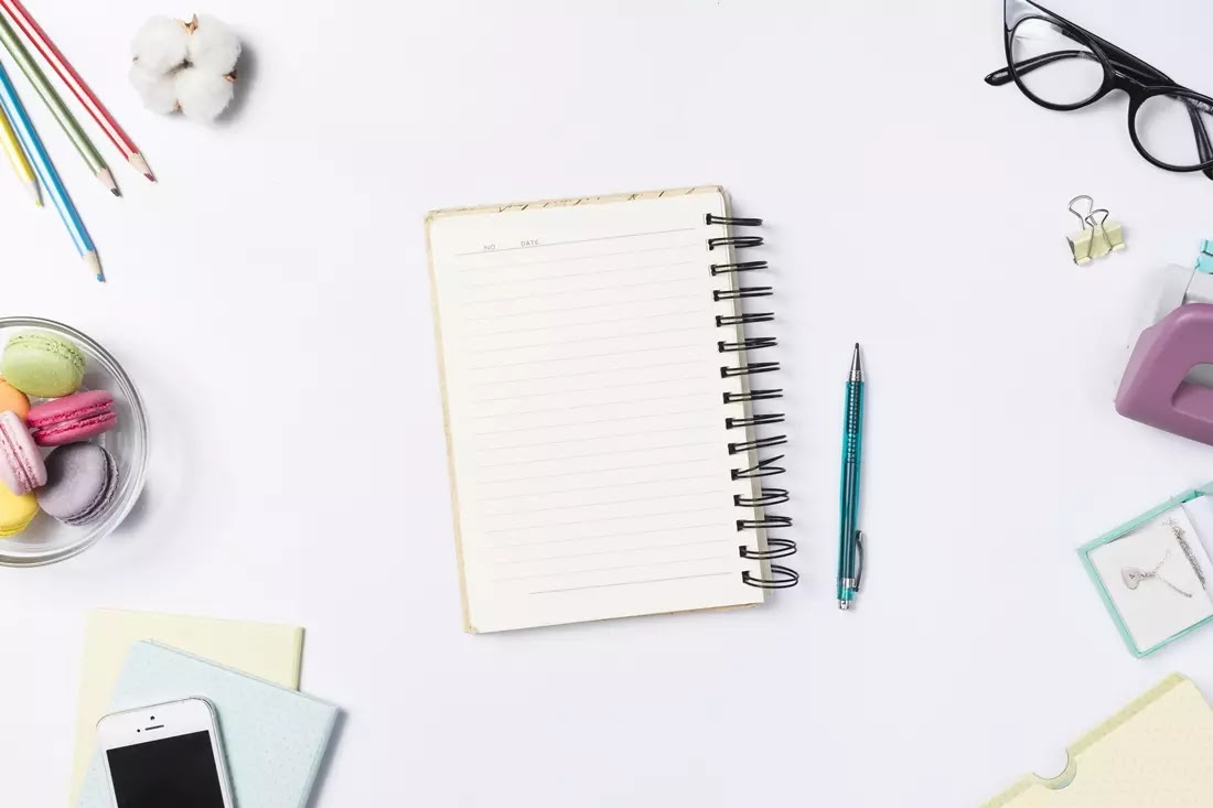 Agenda em cima de uma mesa com vários outros objetos
