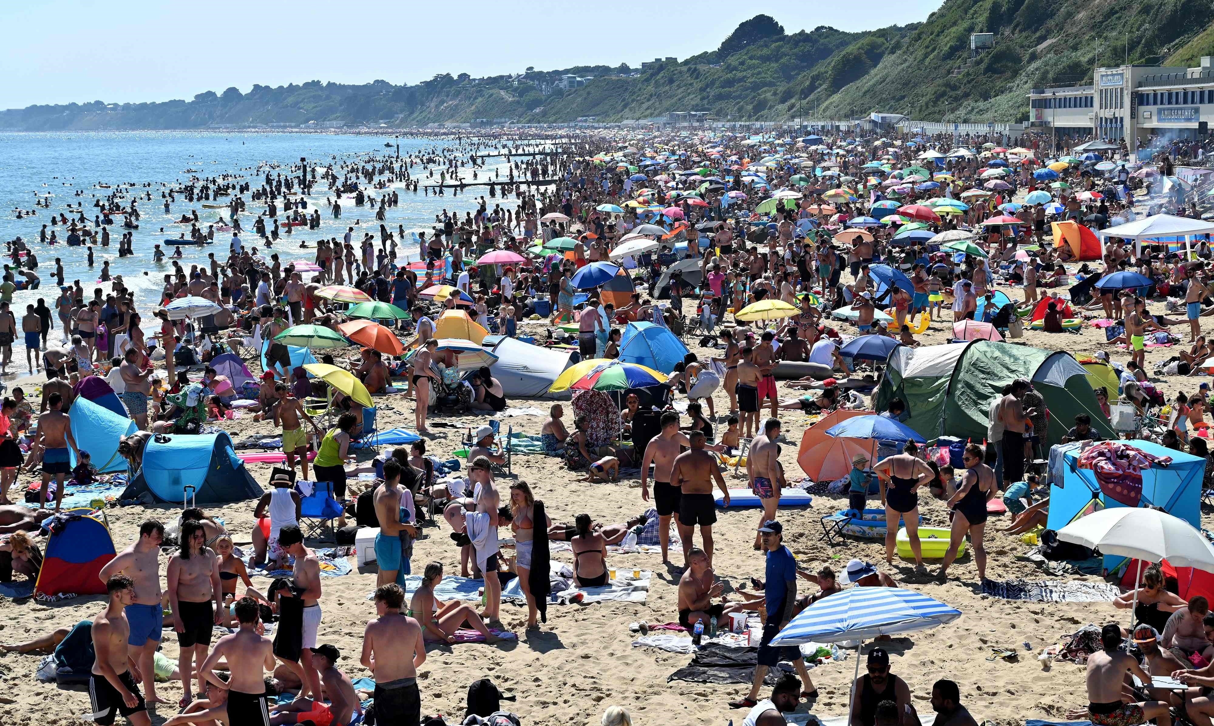 En el día más caluroso del año en el Reino Unido, la Policía tuvo que salir a desalojar las playas repletas