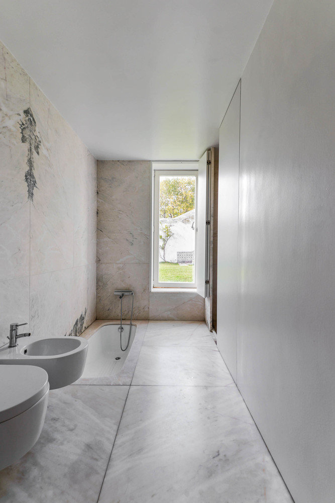 Cuarto de baño minimalista con bañera encastrada en el suelo