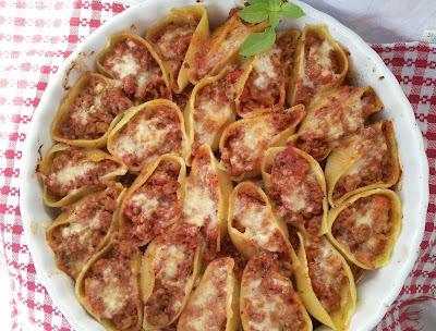 Конкильони болонезе - паста раковини пълнени с кайма и доматен сос