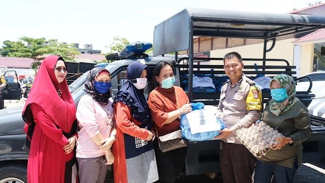 Ketua Cabang Bhayangkari Tanjung Balai Berikan Sembako Kepada Warga Kurang Mampu sebagai Dukungan Bersama Melawan Covid19