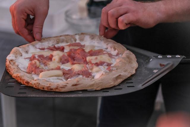 Girare manualmente la pizza nel forno ooni Koda 16