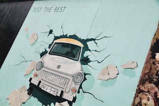 Murales presente sulla Est Side Gallery denominato 'Test the Best' di Birgit Kinder, che rappresenta una Trabi (autovettura d'epoca tedesca) che sfonda il Muro