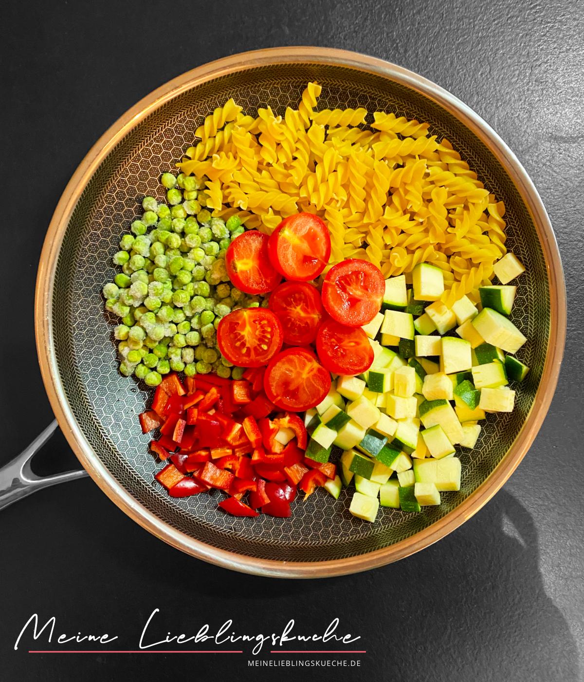 Zutaten für One Pot vegane Curry-Pasta mit Erbsen und Zucchini