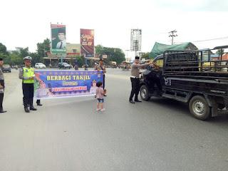 Polsek Bagan Sinembah Bagi-bagi Takjil ke Pengendara