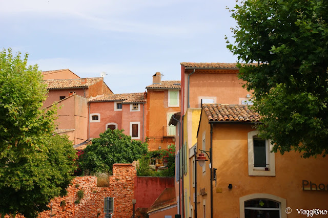 Le case nelle tinte dell'ocra del villaggio