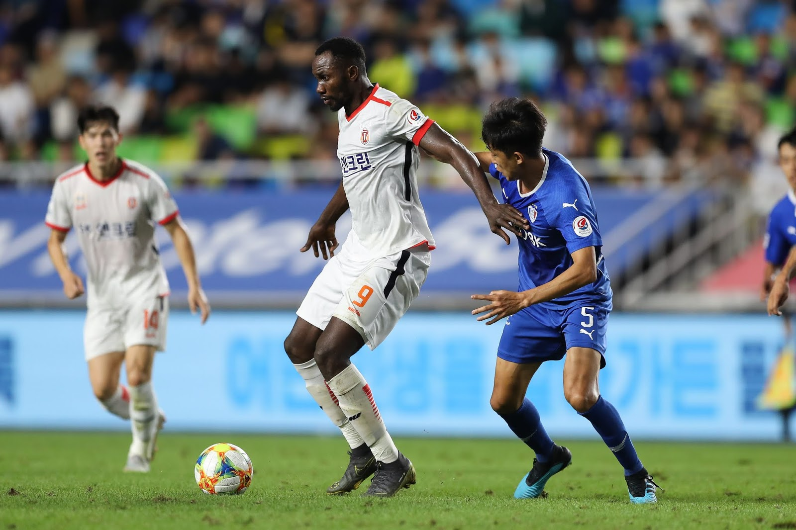 Christian Osaguona in action against Suwon Bluewings 08.30.19 in K League 1.