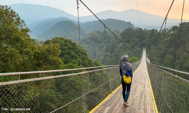 Mencoba Sensasi Berfoto di Jembatan Gantung Sukabumi