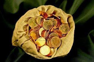 Dinero reunido. Bolsa con monedas de oro