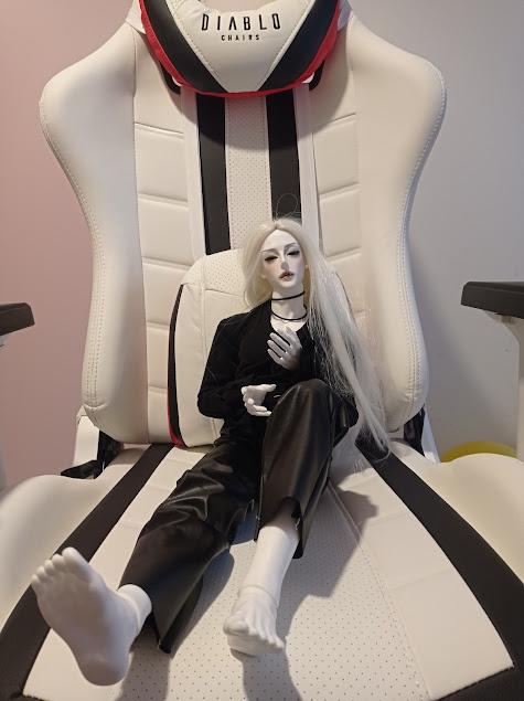 Biały fotel diablo i Sbastian w swoich nowych ciuchach