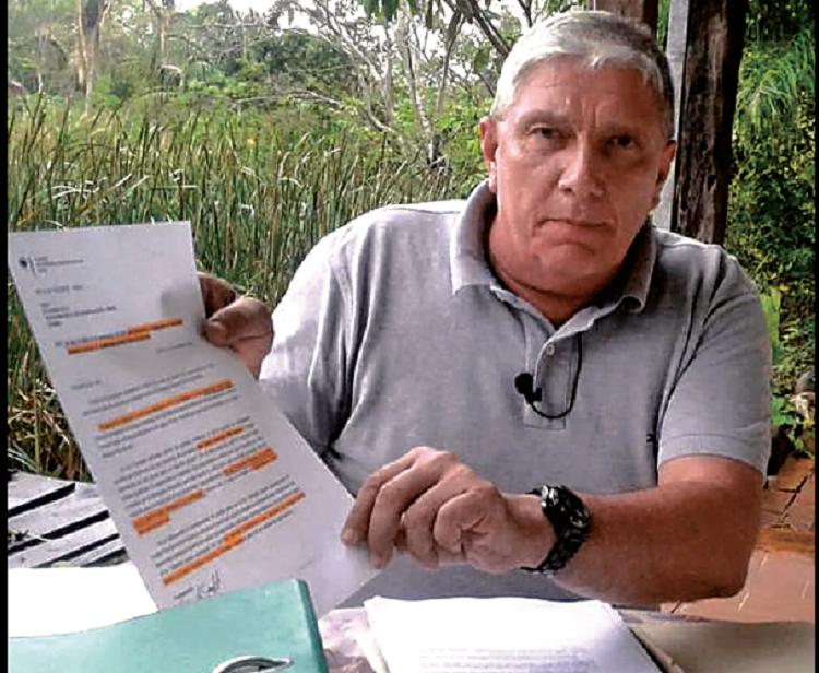 Dirk Schmidt muestra uno de los documentos de su proceso / CARLOS QUISBERT