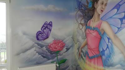 Malowanie w pokoju nastolatki, artystyczne malowanie sciany w pokoju dziewczynki, malowidło ścienne w pokoju dziecięcym, malowanie księżniczki na ścianie