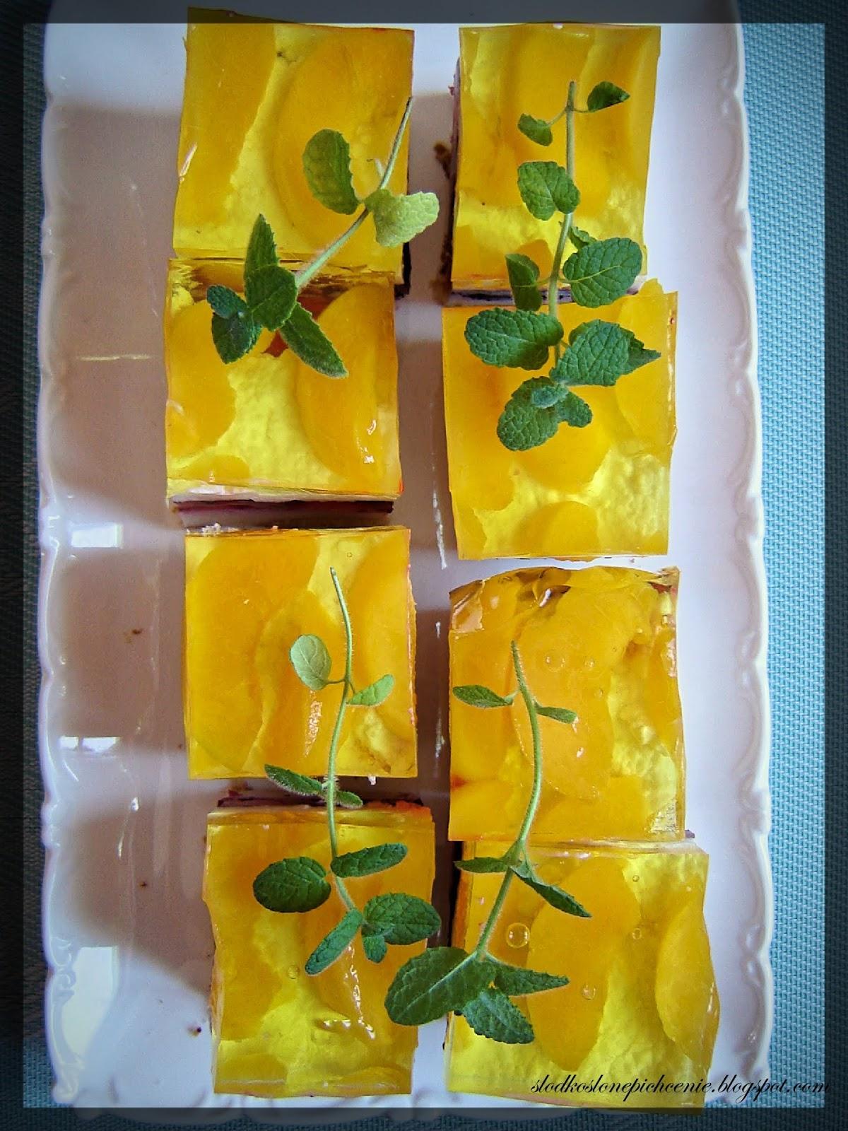 Sernik na zimno z malinami i brzoskwiniami
