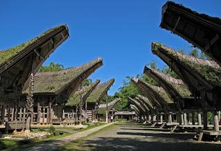 Gambar rumah adat Toraja (Tongkonan)