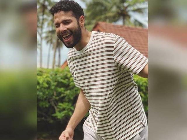 Siddhant Chaturvedi 'Munna Bhai MBBS': सिद्धान्त चतुर्वेदी 'मुन्ना भाई एमबीबीएस' से सोशल मीडिया पर अपनी नवीनतम तस्वीर के लिए प्रेरित हैं