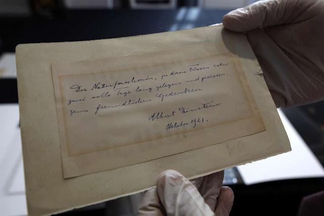 Carta de Einstein leiloada por 100 mil dólares