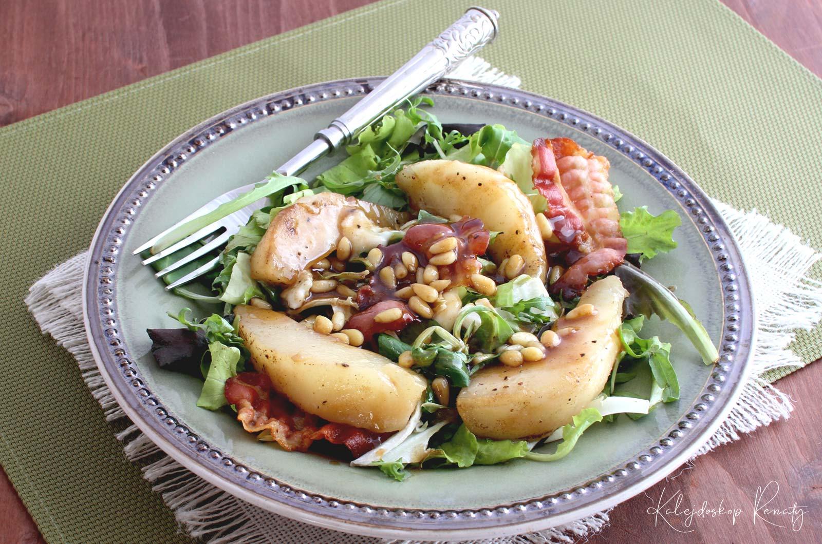 Sałatka z gruszką, boczkiem i gorgonzolą — eksplozja smaków