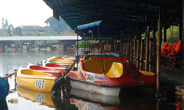 Wahana Permainan di Floating Market Lembang