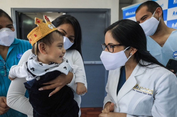 EsSalud celebra primer año de vida de bebé prematuro que venció el covid-19