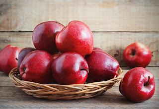 تفاح طازج في طبق