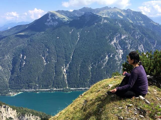 丘の上に座るラサタの写真