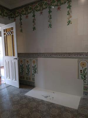 piso hidráulico e parede de azulejos