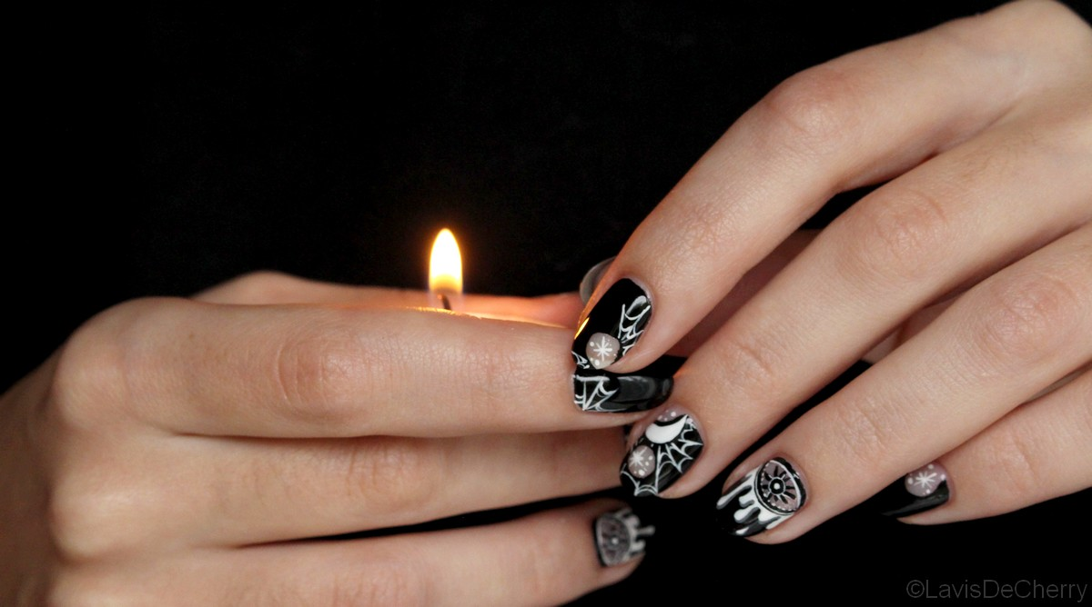nail-art-halloween-noir-blanc-oeil-ésotérique-negative-space-moon-lune