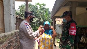 Bersama Babinsa Binmas Desa Loa Polsek Paseh Polresta Bandung Bagikan Masker
