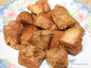 Carne prajita reteta rapida traditionala de casa dobrogeana la ceaun de tochitura de porc cu carnati prajiti in sos de vin si condimente retete culinare mancare mancaruri friptura fripturi tochituri romanesti de Craciun sau weekend,