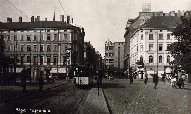Начало 1930-х годов. Рига. Бульвары Бривибас и Аспазияс, улица Кальку. Часы с рекламой шоколадной фабрики «Th. Riegert»