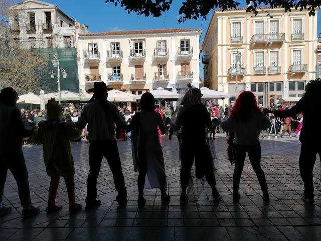"""Τρελό κέφι από μικρούς και μεγάλους με την """"Χοροκίνηση"""" στην πλατεία Συντάγματος στο Ναύπλιο"""