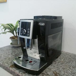 Máy pha cà phê Delonghi Ecam 23.220.B đã qua sử dụng phía bên phải
